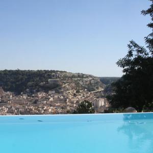 Veduta di Scicli dalla piscina villa luna